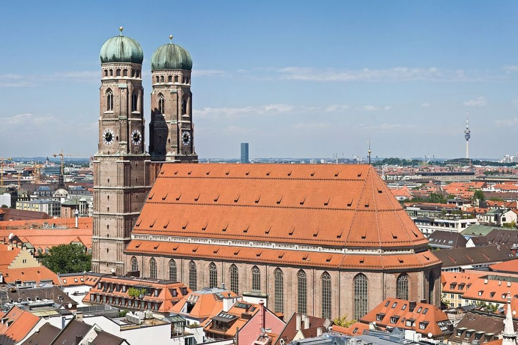 Frauenkirche_Munich_-_View_from_Peterskirche_Tower2_3x2
